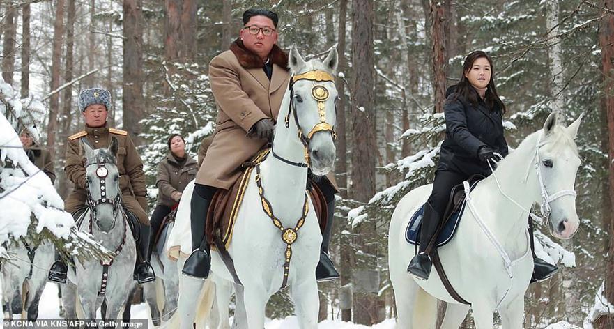 """FOTO/ Kim Jong-un shfaqet me një kalë të bardhë me gruan, """"mesazh"""" SHBA-së nga mali i shenjtë"""