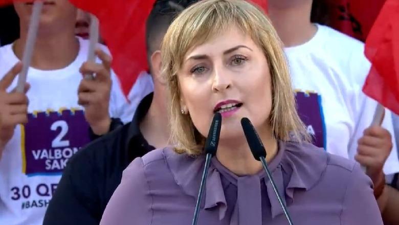 Ja kush jem ne!Gazetarët shqiptarë i bëjnë presion një gruaje për një formulim të gabuar të një fjalie
