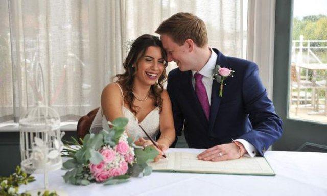 Ia pa hairin internetit: 25-vjeçarja martohet në Angli me djalin që njohu online