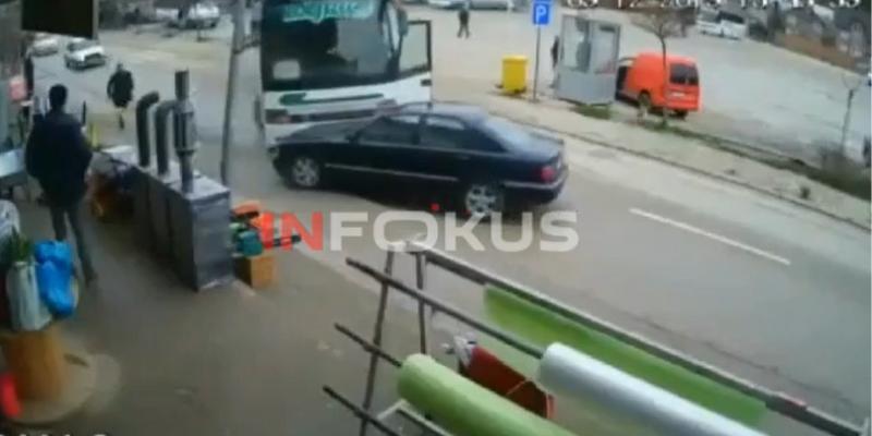 """Fëmija """"rrëmben"""" autobusin në Skenderaj – Shikoni çfarë ndodh!"""