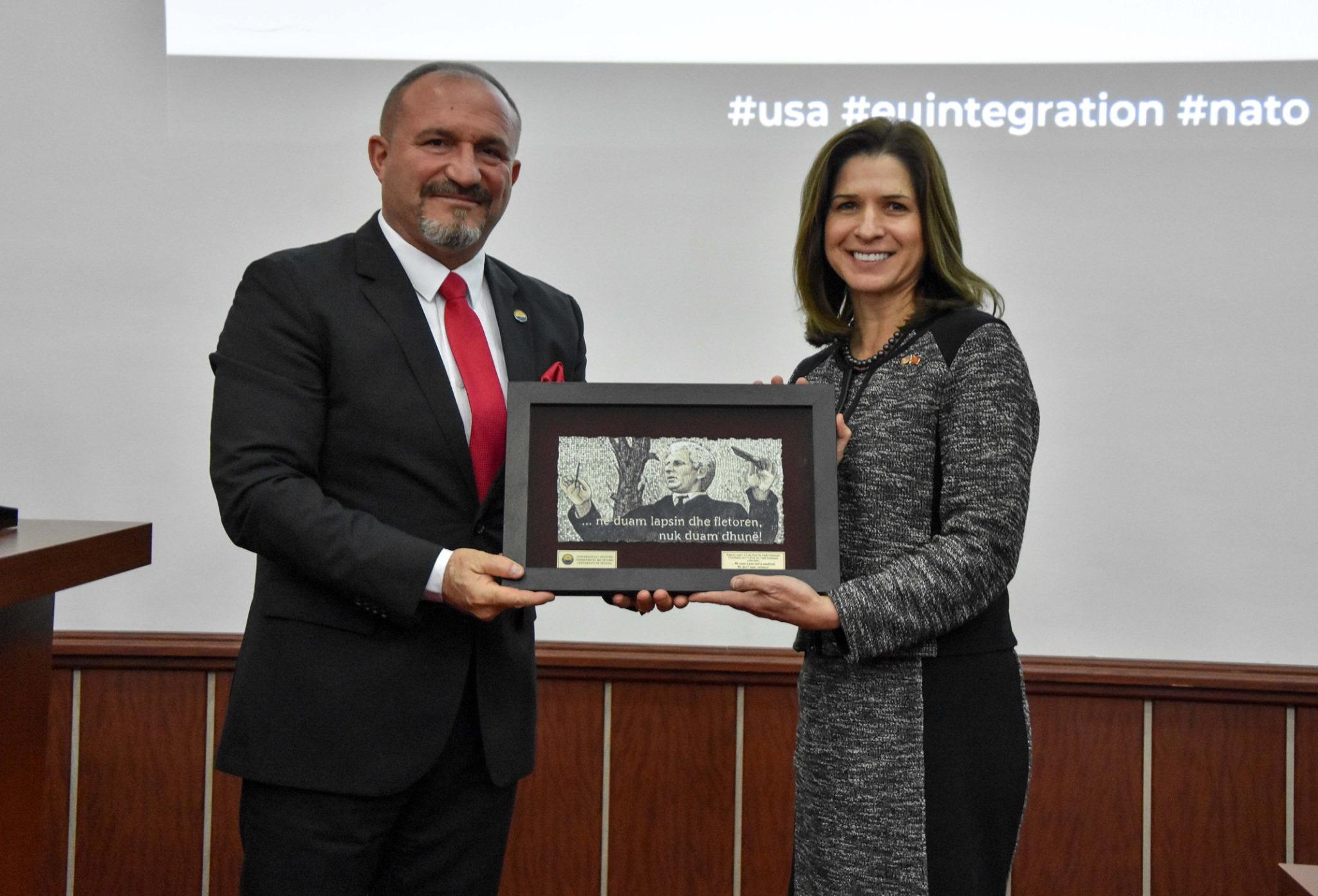 Rektori i  Universitetit të Tetovës, Prof. Dr. Vullnet Ameti priti ambasadoren e SHBA-ve, Kate Marie Byrnes