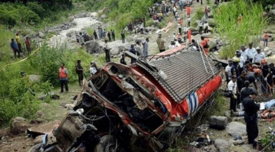 Autobusi përplas kamionin, 17 persona të vdekur