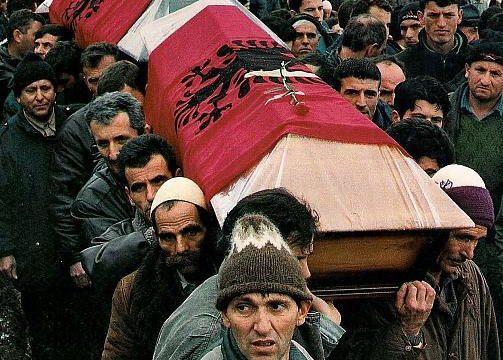 Familjarët e viktimave të Reçakut ushtrojnë kallëzim penal ndaj Vuçiqit që e mohoi masakrën