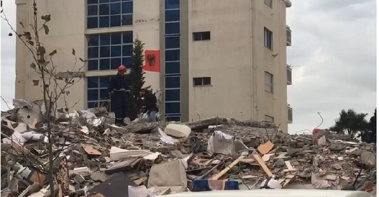 Pronari dyshon se ka ende trupa nën rrënoja, rinisin kërkimet te 'Mira Mare' në Durrës