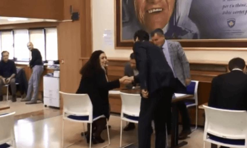 Osmani i përgjigjet Agim Veliut për fotografinë me Kurtin: Le ta harrojë se i jap atij sqarime