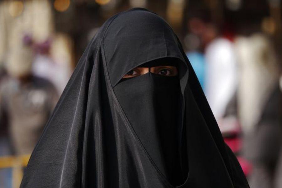 E veçantë: Gruaja me burka pjesë e një grupi rock