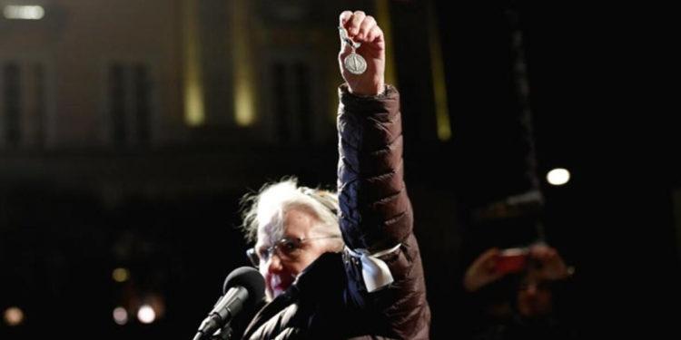 Fitoi Çmimin Nobel në vitin 1988, e dorëzon në shenjë proteste ndaj Peter Handke