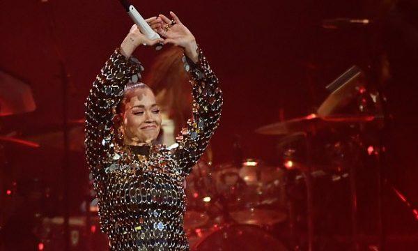 Rita Ora emocionohet në koncertin për Avicii (Video)