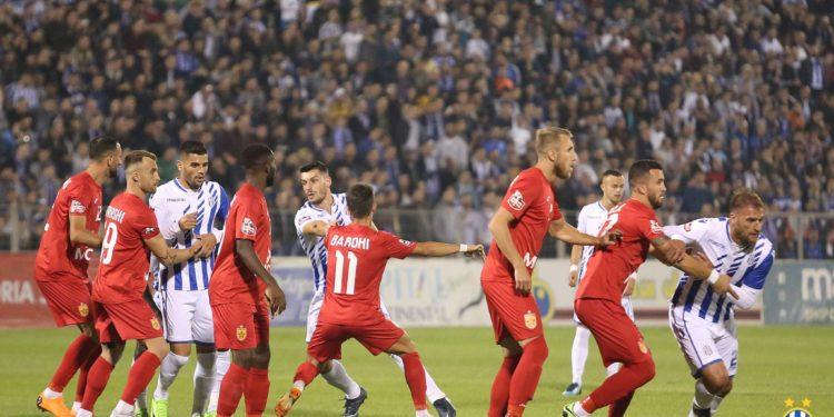 VIDEO/ Skandal, ja si 30 ultras të Tiranës godasin 2 tifozë të Partizanit pas derbit