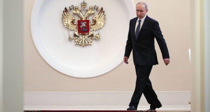 (VIDEO) Putin nën masa të rrepta sigurie edhe në banjë, e ruajnë 6 truproja